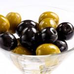 Оливки и маслины – это плоды одного вида оливкового дерева собранные в разный период созревания